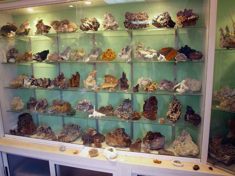 Vitrinas coleccion de minerales de Mariano Valle.